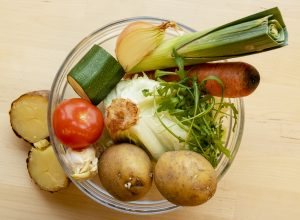 Kuva vihanneksista, perunoita, tomaattia, kesäkurpitsaa, salaattia
