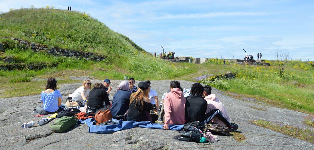 opiskelijoita kalliolla retkellä